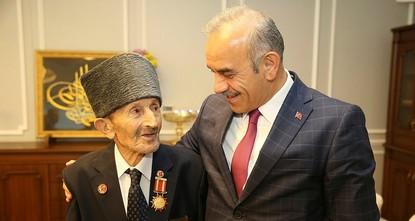 """pSüdkorea hat einen türkischen Kriegsveteranen, der 1952 im Koreakrieg kämpfte, als """"Friedensbotschafter ausgezeichnet./p  p65 Jahre nach seiner Stationierung in Südkorea, erhielt Mehmet..."""