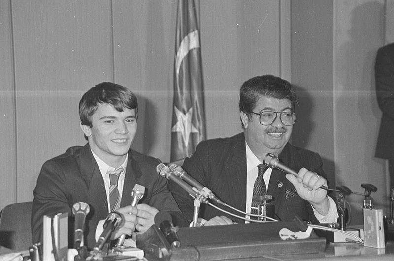 In this file photo dated Dec. 13, 1986, World Champion Naim Su00fcleymanou011flu hols a press conference with Prime Minister Turgut u00d6zal in Ankara. (AA Photo)