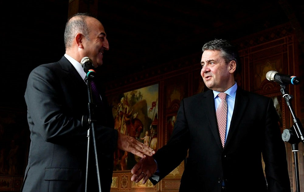 German Foreign Minister Sigmar Gabriel, right, and his Turkish counterpart Mevlu00fct u00c7avuu015fou011flu shake hands after giving a statement during their meeting at the Kaiserpfalz Imperial Palace in Goslar, Germany, Jan. 6, 2018. (AFP Photo)