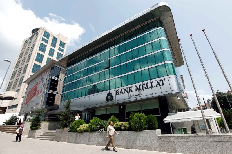 Pedestrians walk pass by a branch of Iran's Bank Mellat in Istanbul August 18, 2010. (REUTERS Photo)