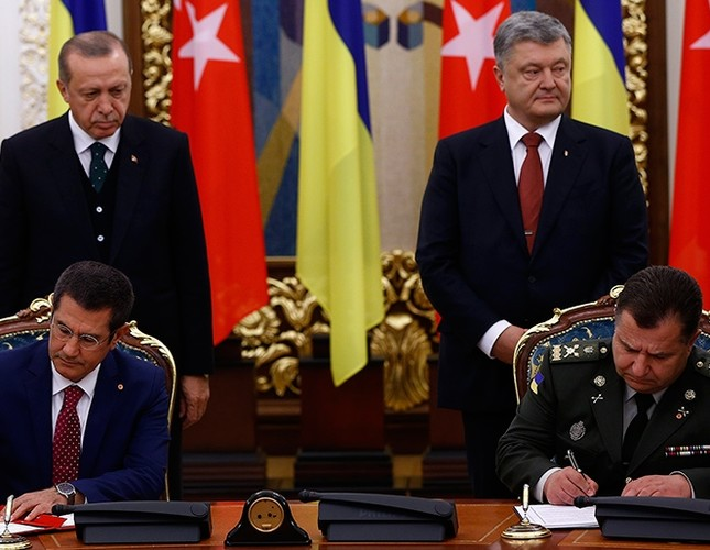 Turkey's defense minister Nurettin Canikli (front left) signs agreements with Ukrainian counterpart on Monday Oct. 9 2017 (AA Photo)