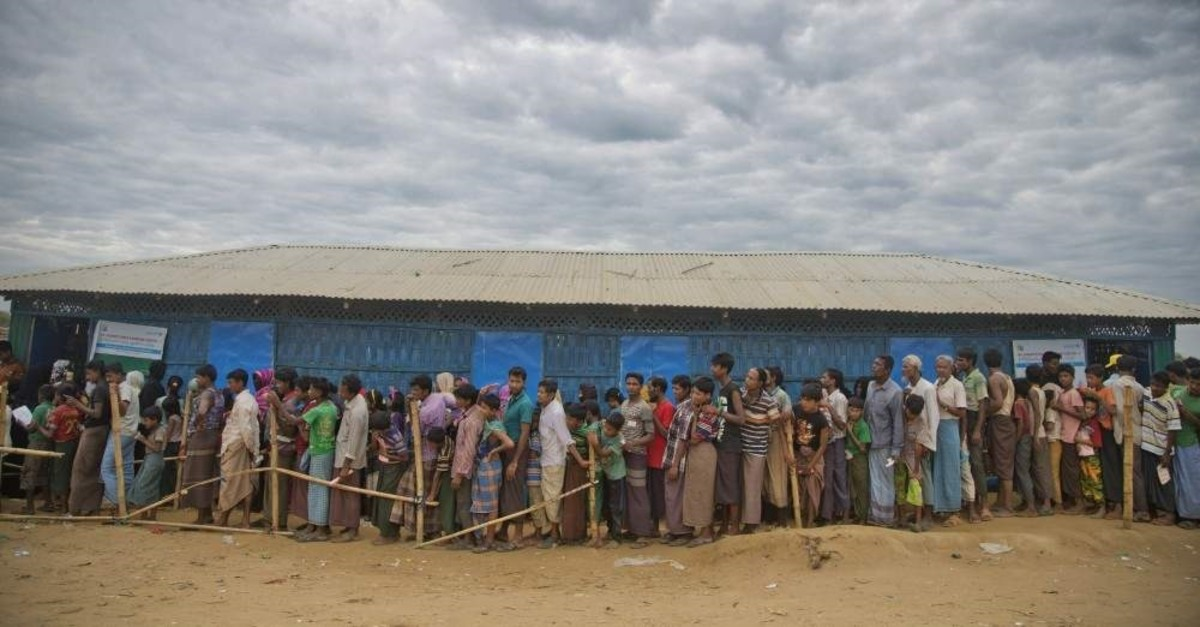 Rohingya Muslims wait in queues to receive aid at Kutupalong refugee camp, Ukhiya, Nov. 15, 2017. (AP Photo)
