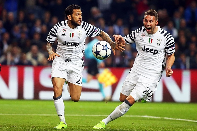 Juventus' Dani Alves (L) celebrates with his teammate Marko Pjaca (R) after scoring the 2-0 lead during the UEFA Champions League round of 16, 22 February 2017. (EPA Photo)