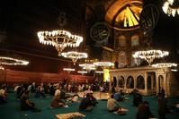 مواطنون أتراك يحيون ليلة المولد النبوي الشريف بجامع آيا صوفيا الكبير في إسطنبول