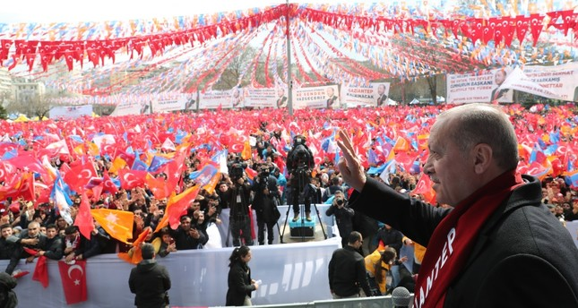 President Recep Tayyip Erdoğan waves at the audience in southeastern Gaziantep province, March 15, 2019.