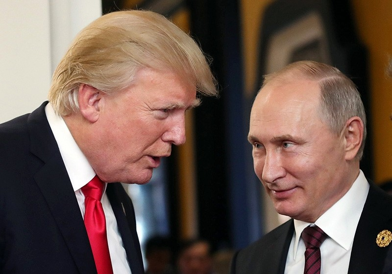 Russian President Vladimir Putin (R) and U.S. President Donald J. Trump (L) talk at the break of a leader's meeting at the 25th Asia-Pacific Economic Cooperation (APEC) summit in Da Nang, Vietnam, Nov. 11, 2017. (EPA Photo)