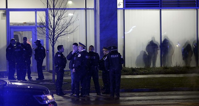 Chicago police officers stand outside the University of Chicago Hospital after Chicago police officer Samuel Jimenez was killed by a gunman in the line of duty Nov. 19, 2018 in Chicago, Illinois. (AFP Photo)