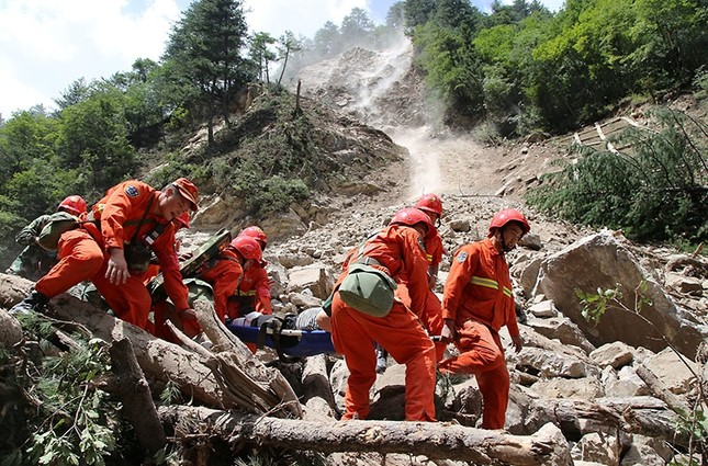 Rescue workers carry a survivor after an earthquake in Jiuzhaigou county, Ngawa prefecture, Sichuan province, China August 9, 2017. (Reuters Photo)