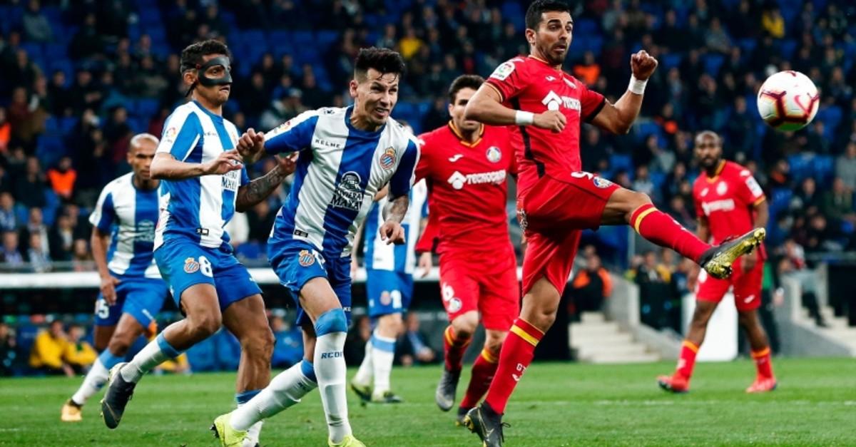 Getafe's forward Angel (R) vies with Espanyol's Paraguay midfielder Hernan Perez (C) during the Spanish league football match RCD Espanyol against Getafe CF Girona FC at the RCDE Stadium in Cornella de Llobregat on April 2, 2019. (AFP Photo)