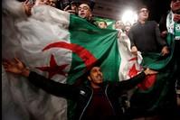 احتفال الجزائريين بالإطاحة بالرئيس بوتفليقة رويترز