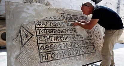 pIsraelische Archäologen haben einen 1500 Jahre alten Mosaikboden in der Jerusalemer Altstadt entdeckt. Dass darauf die Namen des byzantinischen Kaisers Justinian und eines hochrangigen orthodoxen...