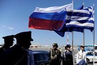 العلمان الروسي واليوناني أثناء زيارة بوتين لليونان عام 2016 (من الأرشيف)