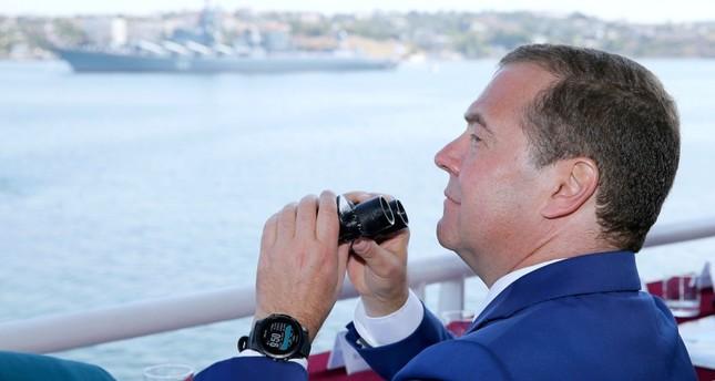 رئيس الوزراء الروسي ديمتري ميدفيديف في شبه جزيرة القرم (رويترز)