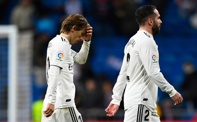 Real Madrid's Croatian midfielder Luka Modric (L) and Spanish defender Dani Carvajal leave the pitch at the end of the Spanish League football match against Real Sociedad at the Santiago Bernabeu stadium in Madrid on January 6, 2019. (AFP Photo)
