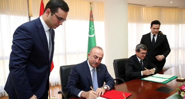 تشاووش أوغلو يوقع كتاب كبار الزوار مع نظيره التركمانستاني (İHA)