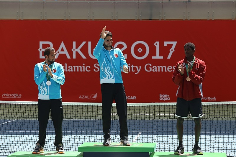 Turkish tennis player Altuu011f u00c7elikbilek gestures during the award ceremony after winning the match against his compatriot Anu0131l Yu00fcksel in men's final in Islamic Solidarity Games, at the Tennis Academy, in Baku, Azerbaijan, May 22, 2017. (AA Photo)