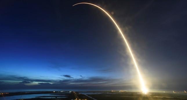 الصاروخ فالكون 9 خلال إطلاقه فجر اليوم الجمعة