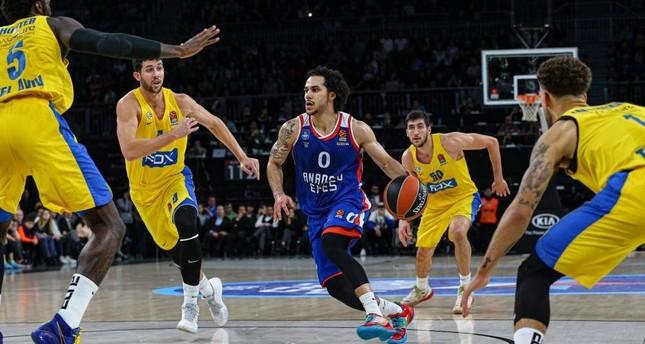 Shane Larkin of Anadolu Efes tackles Maccabi Fox players in a EuroLeague match, Istanbul, Dec. 26, 2019. AA Photo