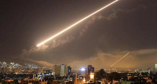 الدفاعات الجوية للنظام السوري تتصدى لضربات غربية السبت الماضي (أرشيف)