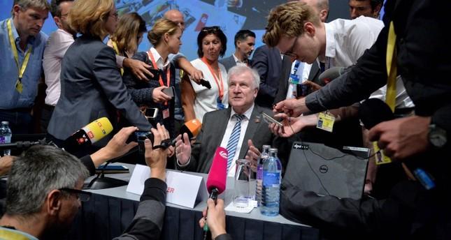 وزير الداخلية الألماني (وسط قبل المؤتمر الصحفي (الفرنسية))