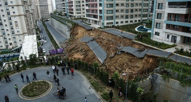 مقتل شخص في انهيار جدار استنادي على سيارة في باشاك شهير بإسطنبول