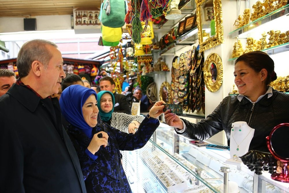 President Recep Tayyip Erdou011fan and first lady Emine Erdou011fan shop for traditional Colombian products in the local gift shops of Bogota during the president's first official visit to the South American continent, Oct. 2, 2015.