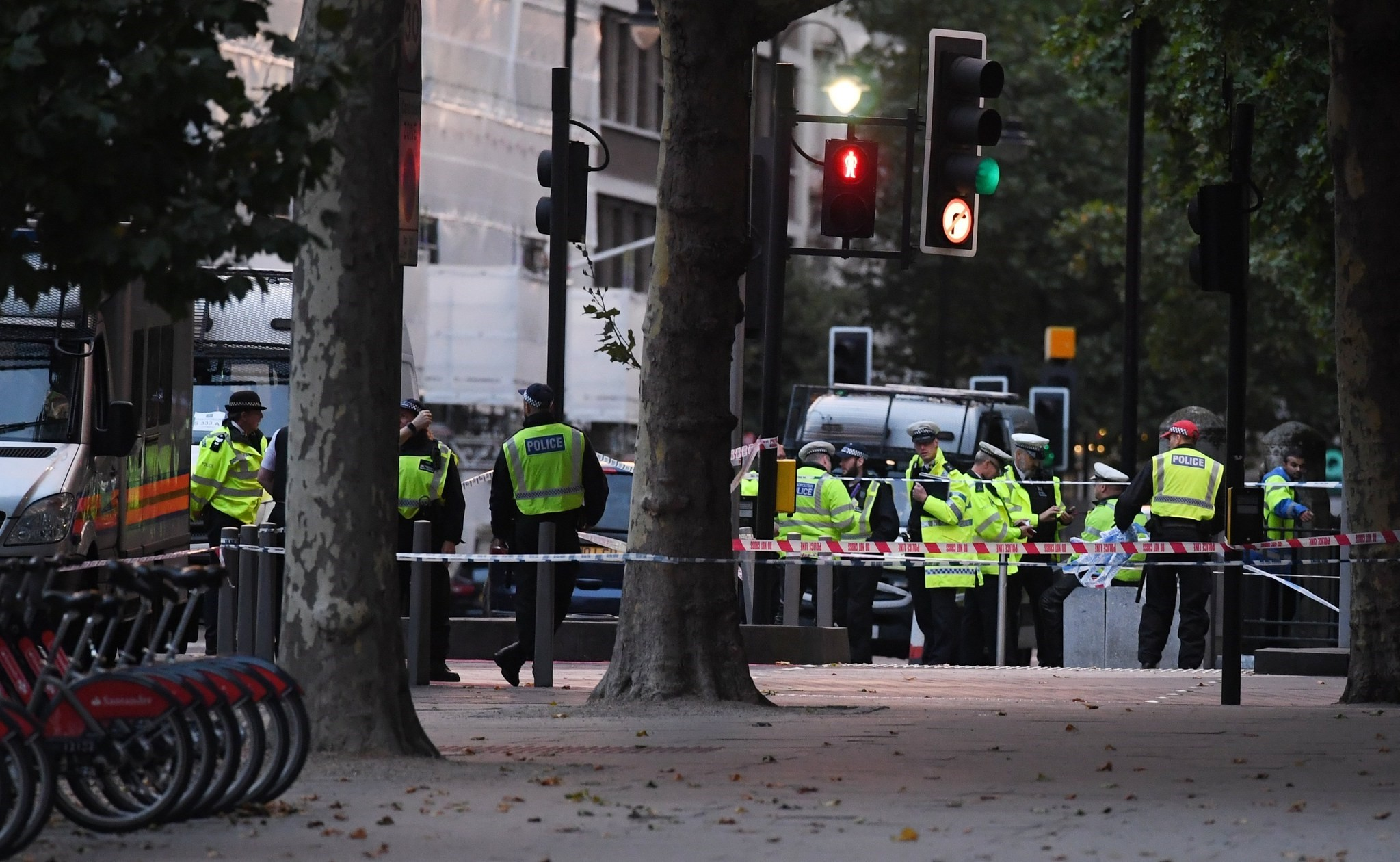Police stand guard next to the Natural History Museum in London, Britain, 07 October 2017. (EPA Photo)