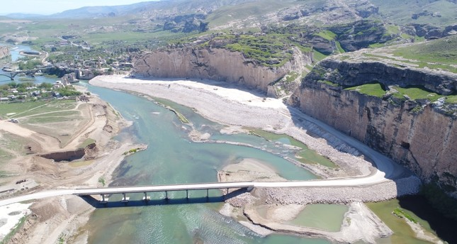 Delaying water-filling operations in the multi-billion dollar Ilısu Dam Project, Turkey continues to maintain water flow to its southern neighbor Iraq at 500 cubic meters per second according to a bilateral protocol.