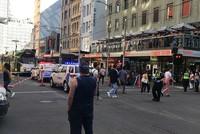 Mitten im abendlichen Berufsverkehr ist ein Autofahrer in der australischen Großstadt Melbourne in eine Menschenmenge gerast. Mindestens 19 Menschen mussten nach dem Vorfall nahe dem Bahnhof...