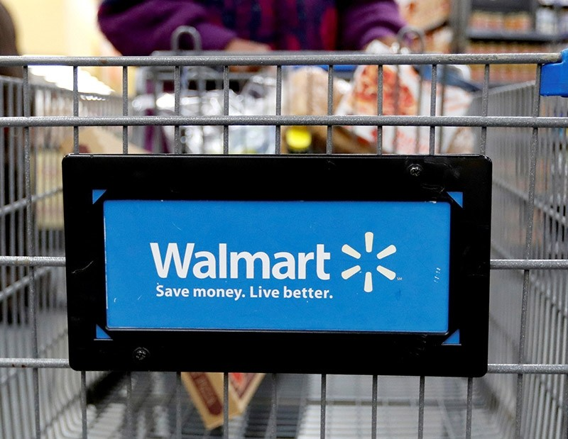 A customer pushes a shopping cart at a Walmart store in Chicago, Illinois, U.S. November 23, 2016. (Reuters Photo)