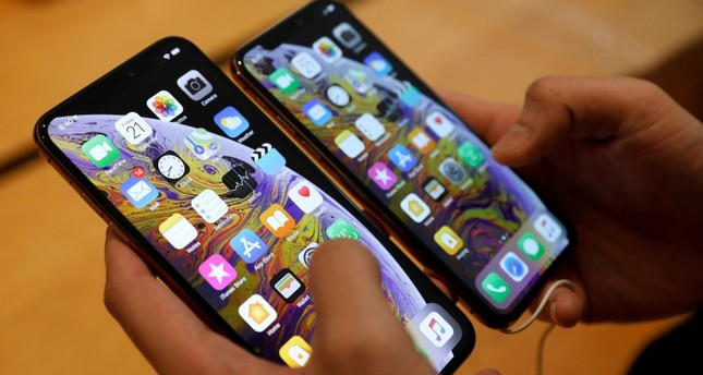 A customer compares the size of the new iPhone XS and iPhone XS Max at the Apple Store in Singapore September 21, 2018. (Reuters Photo)