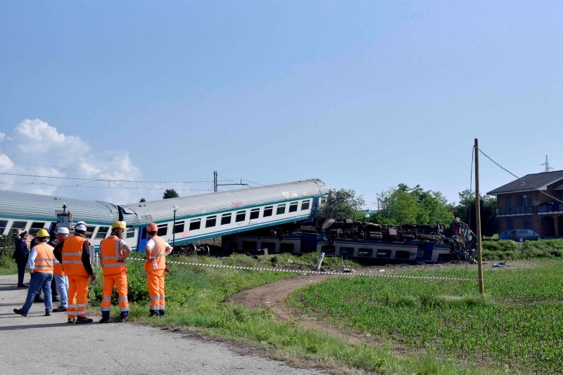 Police and railway technician work at the site of a crash after a regional train plowed into a rig truck that had stopped on the tracks in Caluso, outside Turin on May 24, 2018. (AFP Photo)