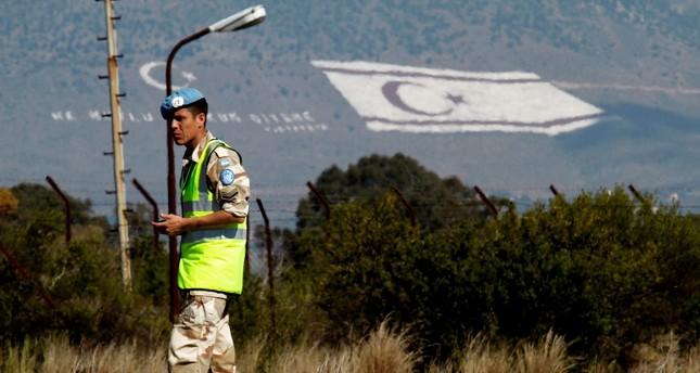 جندي من قوات حفظ السلام يقف في المنطقة الفاصلة بين شطري الجزيرة (AP)