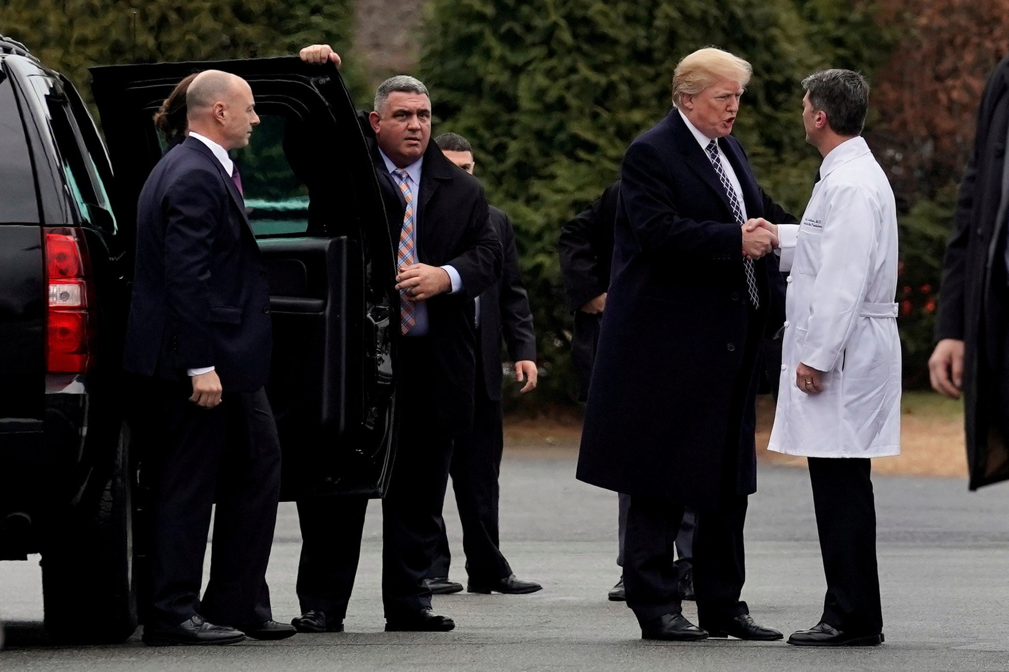 U.S. President Donald Trump shakes hands with Dr. Ronny Jackson after his annual physical exam at Walter Reed National Military Medical Center in Bethesda,  Maryland, U.S., January 12, 2018. (REUTERS Photo)