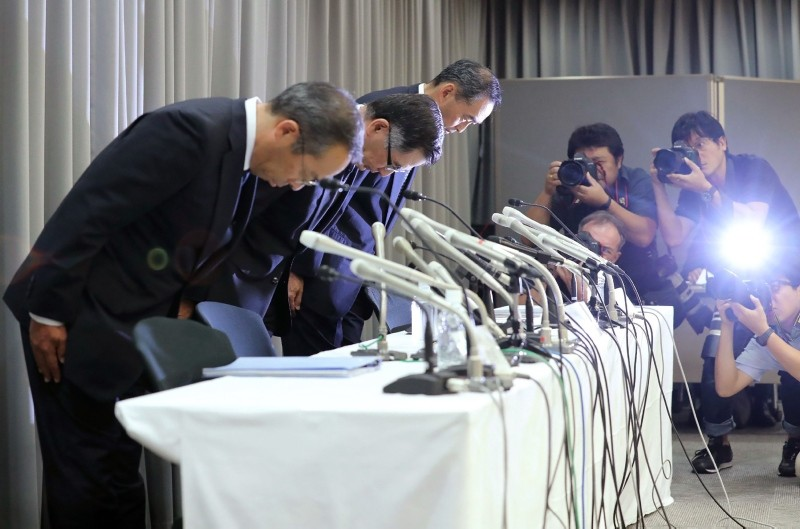 Suzuki Motor president Toshihiro Suzuki (C) bows with other executives during a press conference in Tokyo on August 9, 2018. (AFP Photo)