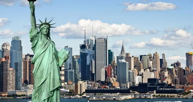 في ذكرى يوم الاستقلال.. سيدة تتسلق تمثال الحرية بنيويورك والشرطة تخلي الجزيرة