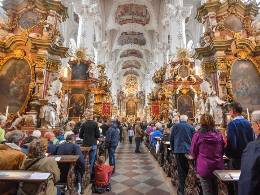 Visitors attend the inaugurational pilgrimage high mass at the abbey church during the foundation of a new priory, the Kloster Neuzelle monastery in Neuzelle, eastern Germany, on September 2, 2018. (AFP Photo)
