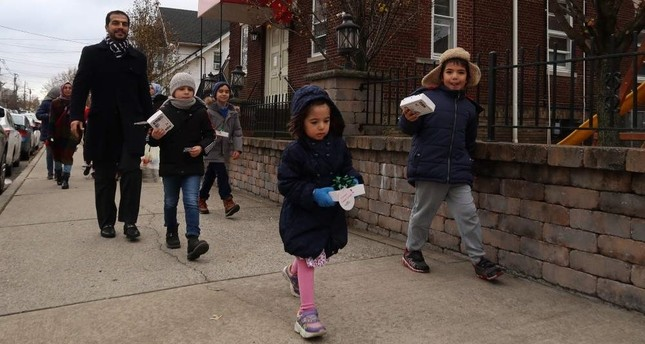Imam of a Turkish mosque in New Jersey and his students offered baklava to American neighbours for Thanksgiving. (AA Photo)