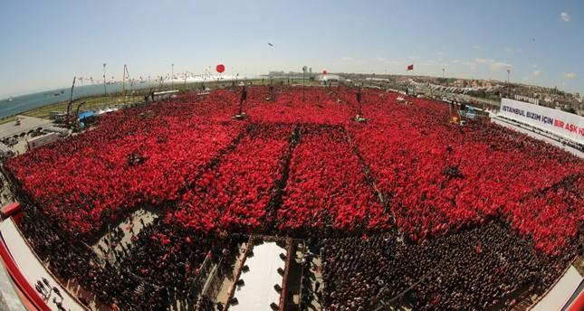 مئات آلاف الأتراك في المؤتمر الجماهيري المشترك لحزبي العدالة والتنمية والحركة القومية في إطار تحالف الشعب في إسطنبول (الأناضول)