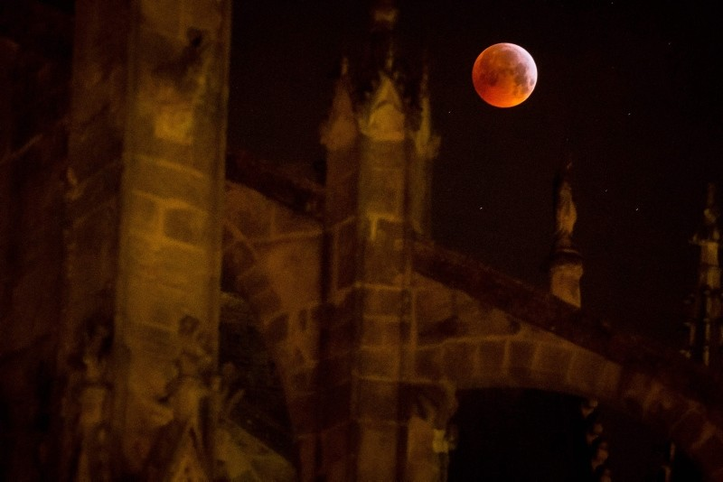 Total lunar eclipse fascinates viewers with supermoon bonus
