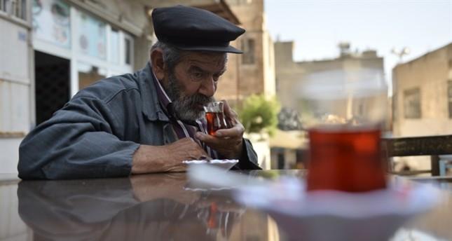 مسن تركي يزاول مهنة العتالة منذ 60 عاما