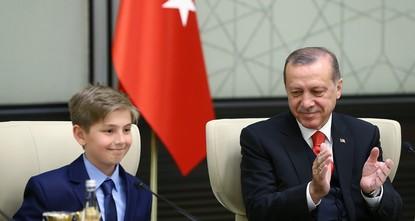 pPräsident Recep Tayyip Erdoğan übergab am Sonntag seinen Platz an den Viertklässler Yiğit Türk zu Ehren des 23. April Kindertag und Tag der Nationalen Souveränität./p  pAls der 10-jährige...