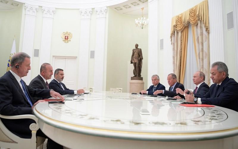 Russian President Vladimir Putin (2R), FM Sergey Lavrov (3R), Def. Min. Sergey Shoigu (R) have talks with Turkish FM Mevlu00fct u00c7avuu015fou011flu (2L) Def. Min. Hulusi Akar (L) and spy chief Hakan Fidan (3L) in Moscow, Russia, Aug. 24, 2018. (Sputnik via EPA)