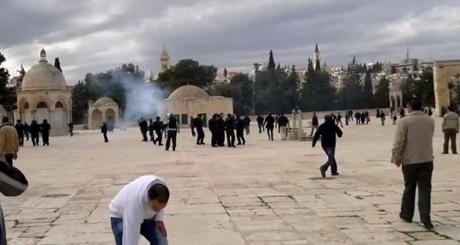 القوات الإسرائيلية تقمع المصلين في باحات المسجد الأقصى