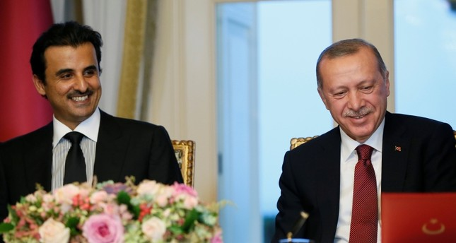 Presiden Recep Tayyip ErdoÄŸan (kanan) bertemu dengan Sheikh Syeikh bin Hamad Al Thani (kiri) Qatar selama pertemuan keempat Komite Strategis Tinggi Turki-Qatar di Istanbul, Senin.
