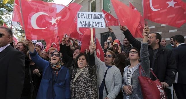 مواطنون أتراك يحتجون أمام القنصلية الفرنسية، أنقرة