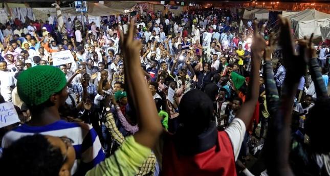 للمطالبة بتسليم السلطة إلى المدنيين.. وقفات احتجاجية ودعوات لإضراب الثلاثاء في السودان