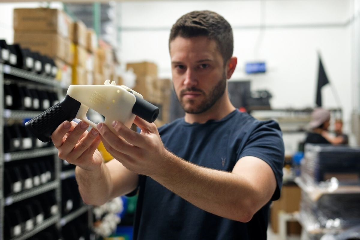 Cody Wilson, a libertarian activist and owner of Defense Distributed, holds up his 3D-printed gun. (AFP Photo)