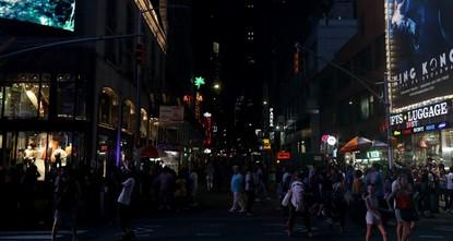 قلب نيويورك التجاري يغرق في الظلام بعد انقطاع للكهرباء