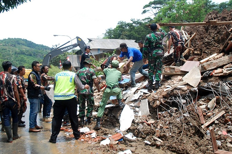 An Indonesian search and rescue team joined by volunteers remove debris from an area hit by a landslide in Sumedang on Sept. 21, 2016 (AFP File Photo)